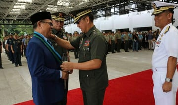 MILF chief makes historic visit to Philippine military camp