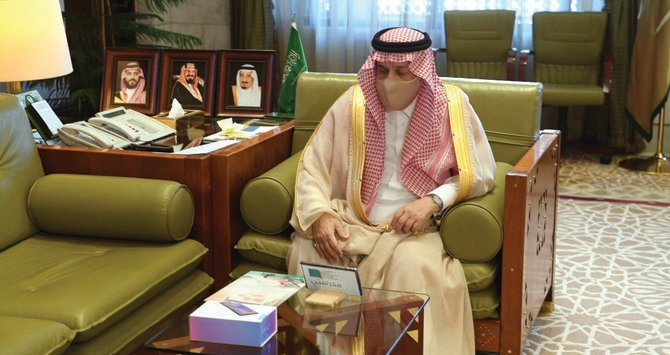 Riyadh governor launches initiative to provide tablets for needy students