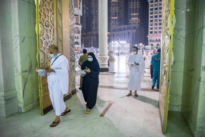 First foreign pilgrims to arrive in Saudi Arabia after COVID-19 ban perform Umrah